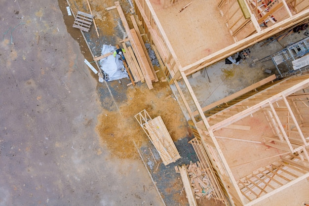 Inquadratura della struttura del telaio della costruzione di una casa in legno in costruzione su un nuovo sviluppo