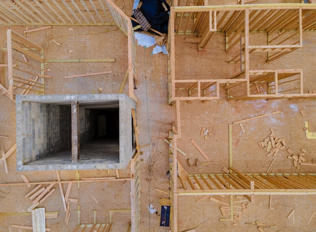 Inquadramento della struttura in legno del telaio della costruzione della casa in costruzione su un nuovo sviluppo