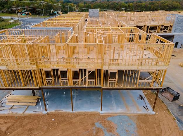 Incorniciare un edificio in legno incompiuto o una casa in costruzione