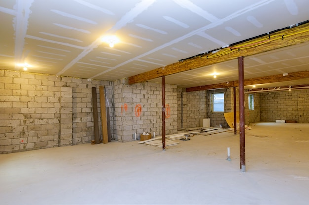 Inquadramento di nuova casa in costruzione abitazione con seminterrato vista al grezzo