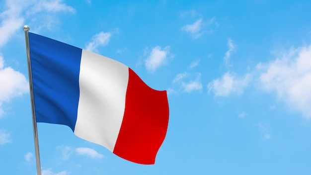 Bandiera della francia in pole. cielo blu. bandiera nazionale della francia