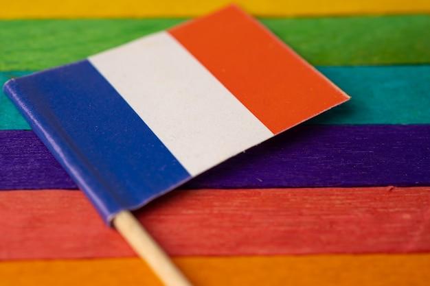 Bandiera della francia su sfondo arcobaleno simbolo del mese del gay pride lgbt.