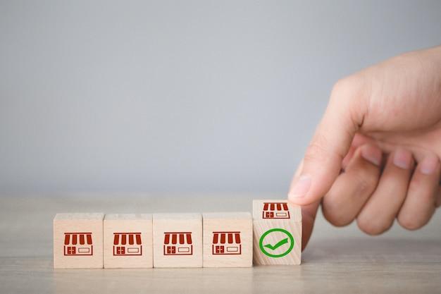 Concetto di business in franchising, a mano scegli blog in legno con marketing in franchising.
