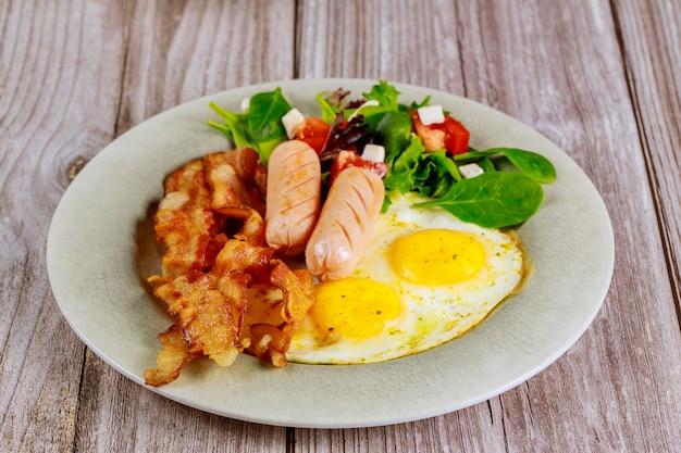 Franchi, uova fritte, pancetta e insalata per colazione