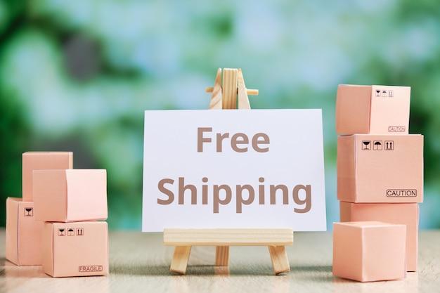 Consegna gratuita del concetto di merci con cavalletto in legno