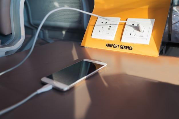 Presa elettrica gratuita e presa usb, stazione di ricarica per batterie in aeroporto.