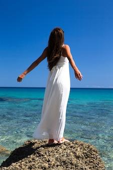Donna felice libera che gode del mare