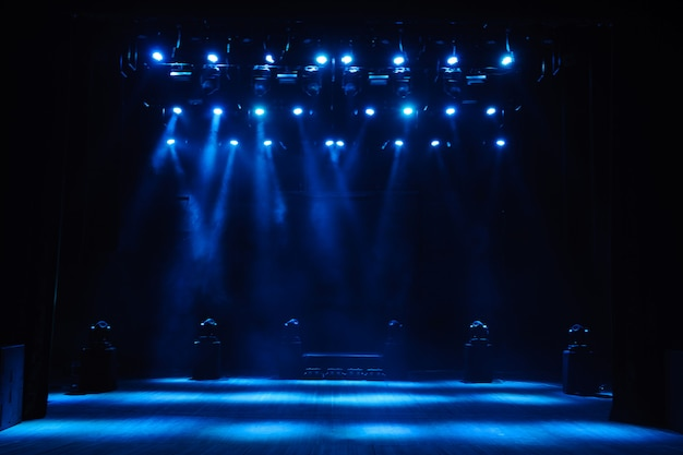 Palco libero con luci, sfondo del palco vuoto, faretto, luce al neon, fumo.