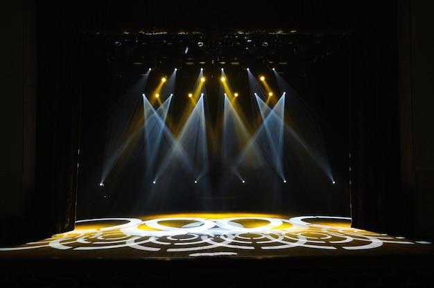 Palco libero con luci, dispositivi di illuminazione sul concerto.