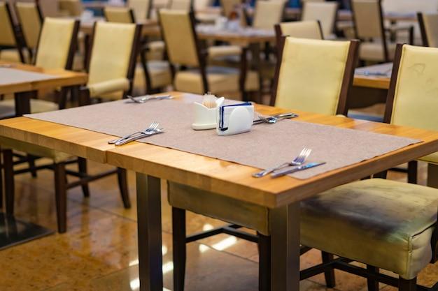 Tavolo libero nell'accogliente e ricco interno del ristorante f