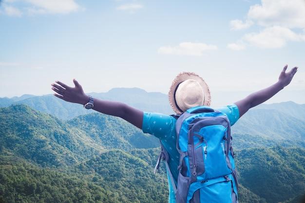 Viaggiatore africano di libertà che esplora nel concetto del mondo