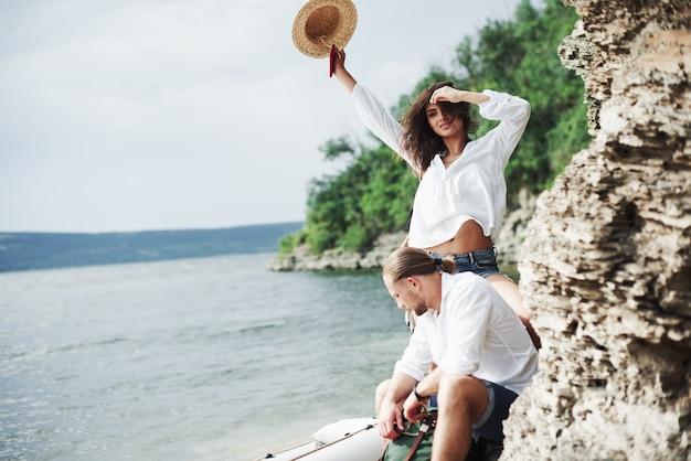 Libertà nell'aria. i turisti soddisfatti del viaggio che fanno sullo sfondo degli alberi vicino alla barca.