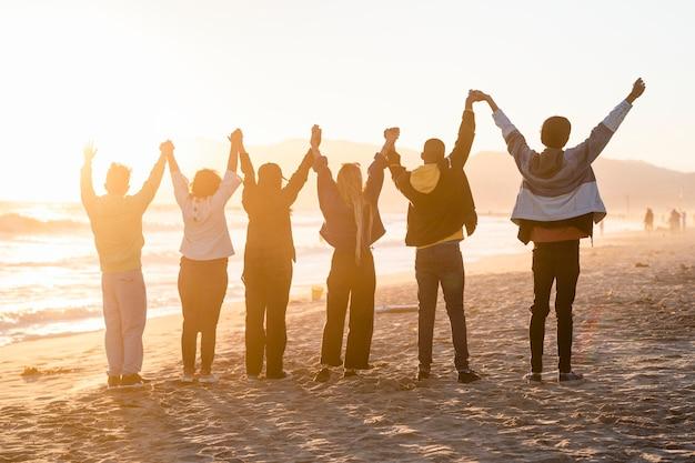 Sfondo di libertà, comunità di persone sulla spiaggia