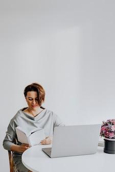 Imprenditrice freelance che legge un romanzo