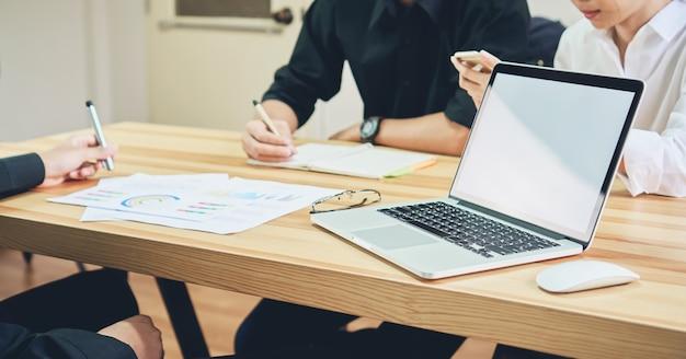 Freelance è brainstorming sul lavoro con il computer