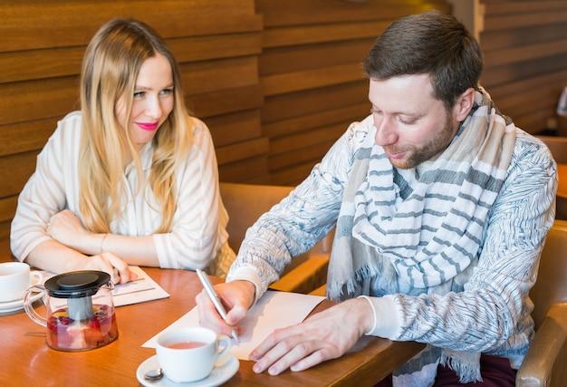 Freelance che lavora nella felicità del caffè e nel volto sorridente