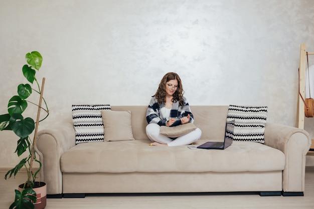 Posto di lavoro freelance in soggiorno con laptop