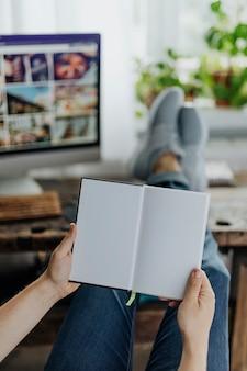 Libero professionista che legge casualmente un libro