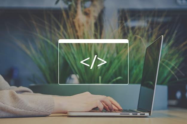 La persona freelance in un caffè sta codificando su un laptop.
