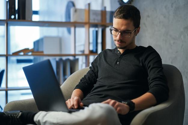 Libero professionista con laptop e gadget al tavolo che lavora o studente che utilizza tablet, smartphone e computer per l'istruzione