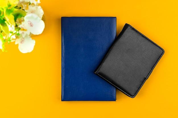 Composizione dell'area di lavoro freelance, sfondo piatto con quaderni in pelle sul tavolo, foto del concetto di mockup