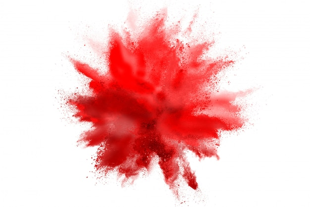 Congeli il movimento della polvere di colore rosso che esplode sul fondo bianco