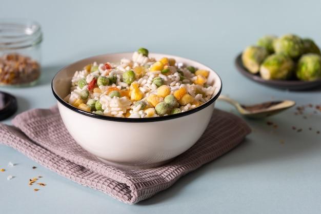 Congelamento di riso, piselli, mais e pepe. alimenti sani per contorni.