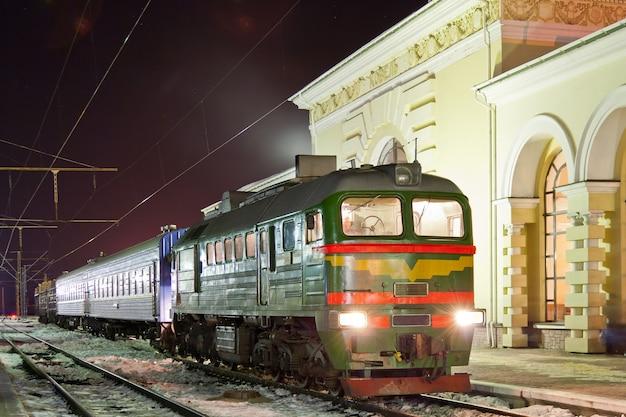 Treno diesel merci-passeggeri alla stazione di kovel, ucraina