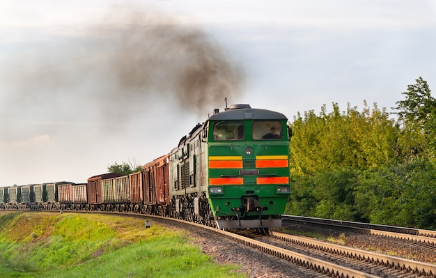 Treno merci trainato da una locomotiva diesel presso la ferrovia bielorussa