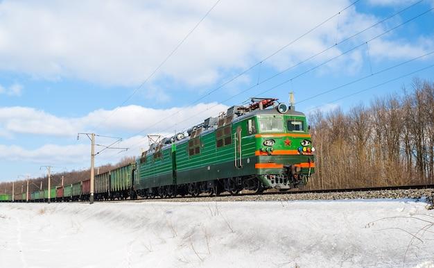 Treno merci trainato da una locomotiva elettrica in ucraina