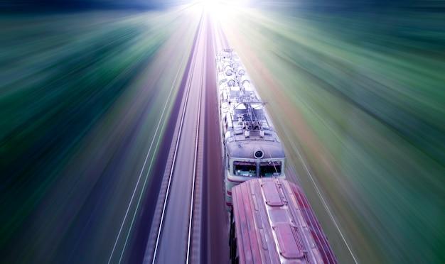 Treno merci ad alta velocità, vista dall'alto, sfocatura del movimento. vista drone.