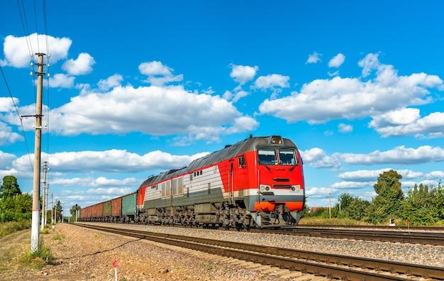 Treno merci alla stazione konyshevka nell'oblast di kursk della russia