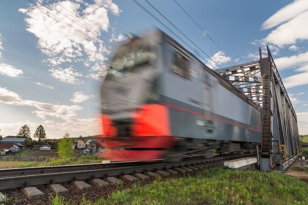 Treno merci in movimento