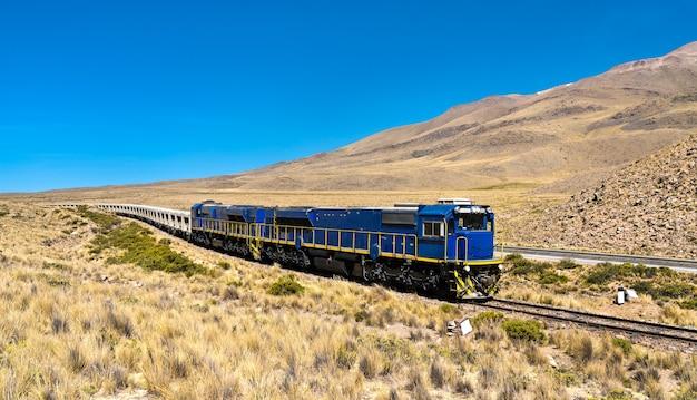 Treno merci nel deserto peruviano in alta quota nella regione di arequipa