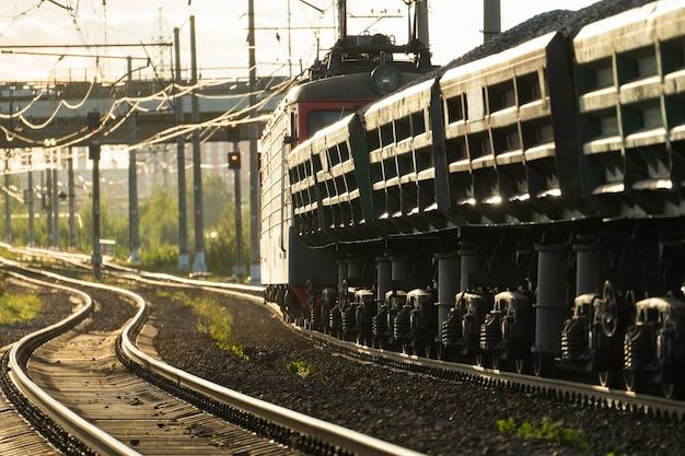 Treno merci su vagoni ferroviari con consegna di minerale di pietrisco carbone per ferrovia