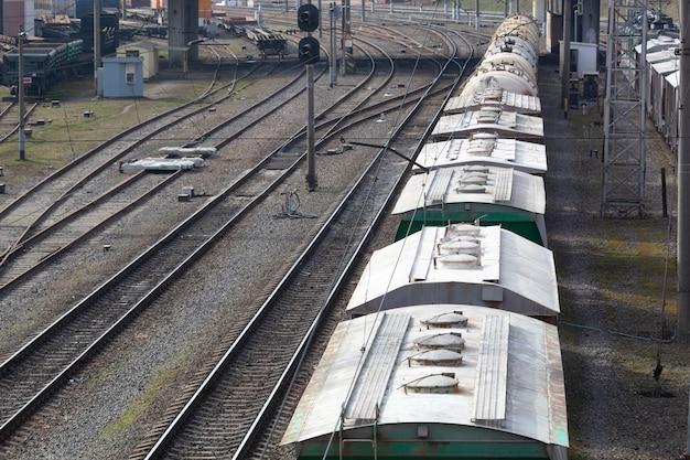 Un treno merci in piedi sui binari in attesa di essere scaricato o caricato