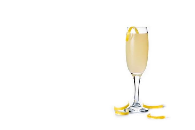 Cocktail francese 75 in vetro isolato su sfondo bianco