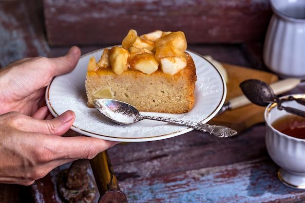 Torta di mele francese su un piatto su sfondo vintage
