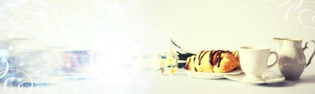 Colazione francese sul tavolo. croissant al caffè con cioccolato e decanter con panna. pasticceria fresca e caffè decaffeinato.