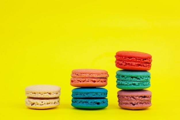 Macarons colorati francesi su giallo