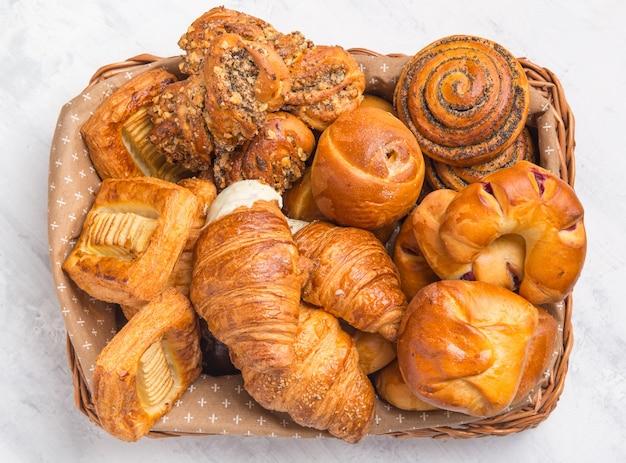 Croissant francesi e prodotti di pasticceria nel cestino. vista dall'alto