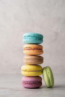 Amaretti colorati dessert francesi, concetto minimale piatto lay
