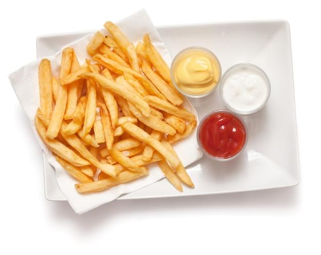 Patate fritte isolate su bianco