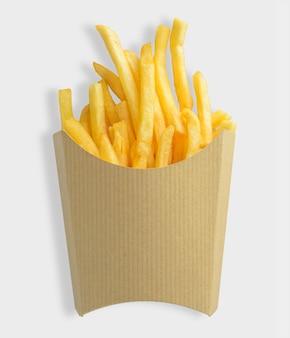 Patatine fritte in scatola di carta bianca kraft su priorità bassa bianca. tracciato di ritaglio incluso su sfondo bianco.