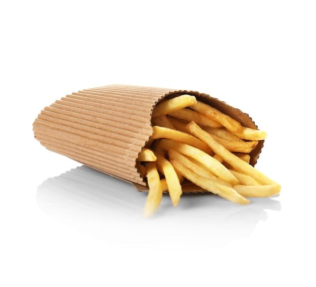 Patatine fritte in confezione di carta isolato su bianco