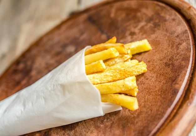 Patatine fritte in un involucro di carta