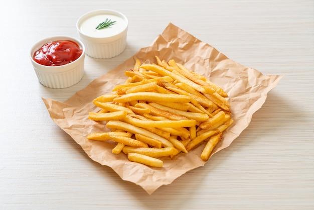 Patatine fritte o patatine con panna acida e ketchup