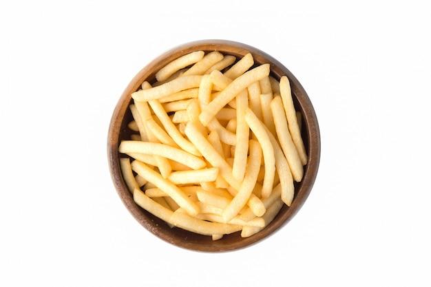 Le patate fritte o la patata friggono in ciotola di legno isolata su fondo bianco.