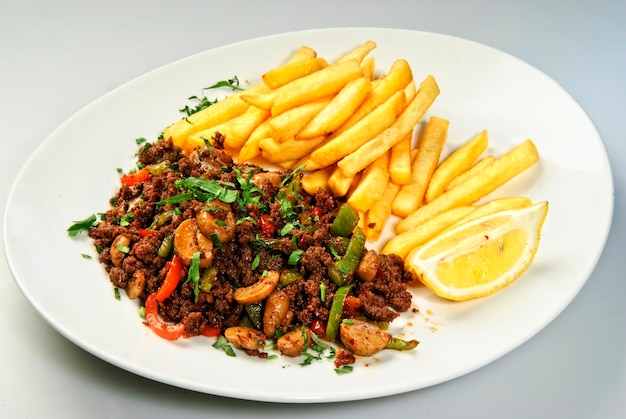Patatine fritte servite con carne al forno