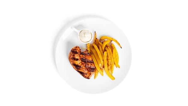Patatine fritte con filetto di pollo alla griglia isolato su sfondo bianco